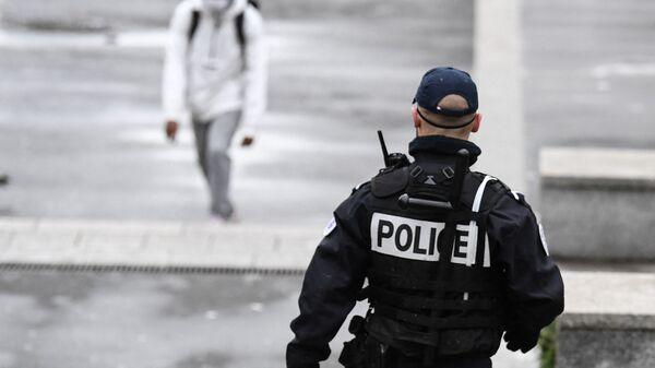 Un policier patrouille à Sarcelles dans le Val d'Oise, février 2021 - Sputnik France