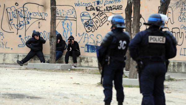 Des policiers français lors d'une opération de police contre la prolifération des stupéfiants et des armes dans les quartiers nord de Marseille, janvier 2012 - Sputnik France