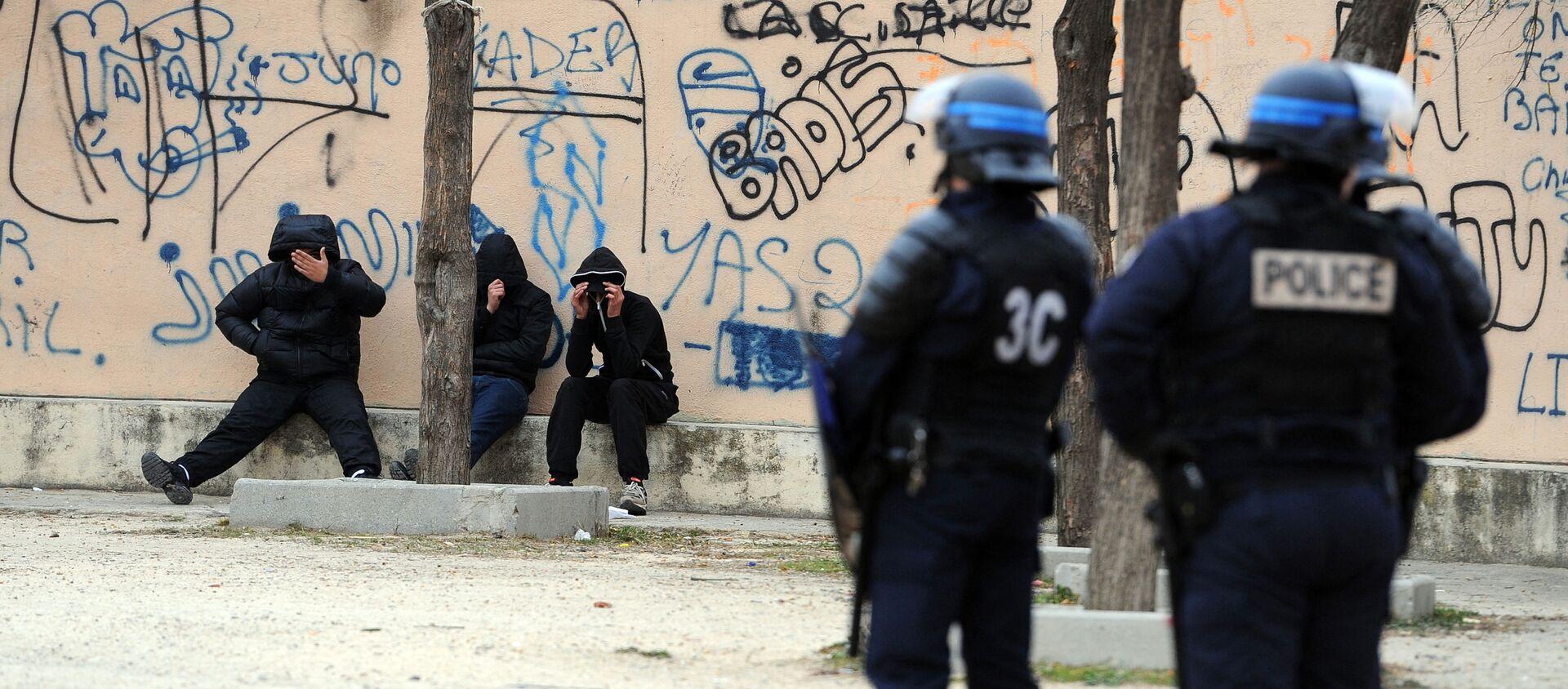 Des policiers français lors d'une opération de police contre la prolifération des stupéfiants et des armes dans les quartiers nord de Marseille, janvier 2012 - Sputnik France, 1920, 24.02.2021