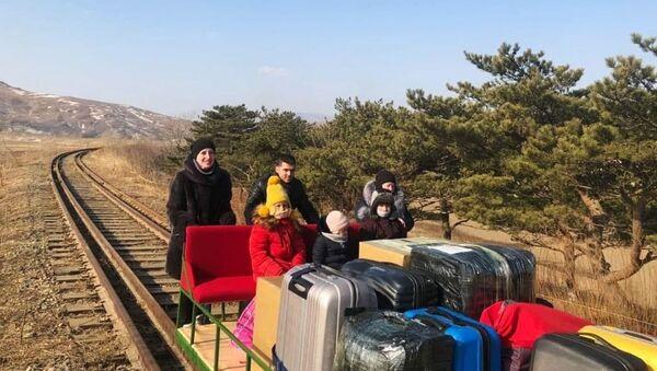 des diplomates russes quittent la Corée du Nord en poussant un chariot ferroviaire - Sputnik France