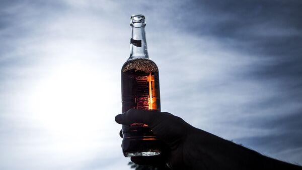 Un bras avec une bouteille  - Sputnik France