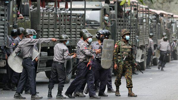 Des policiers et des militaires lors d'une manifestation contre le coup d'État à Mandalay, en Birmanie, le 20 février 2021 - Sputnik France