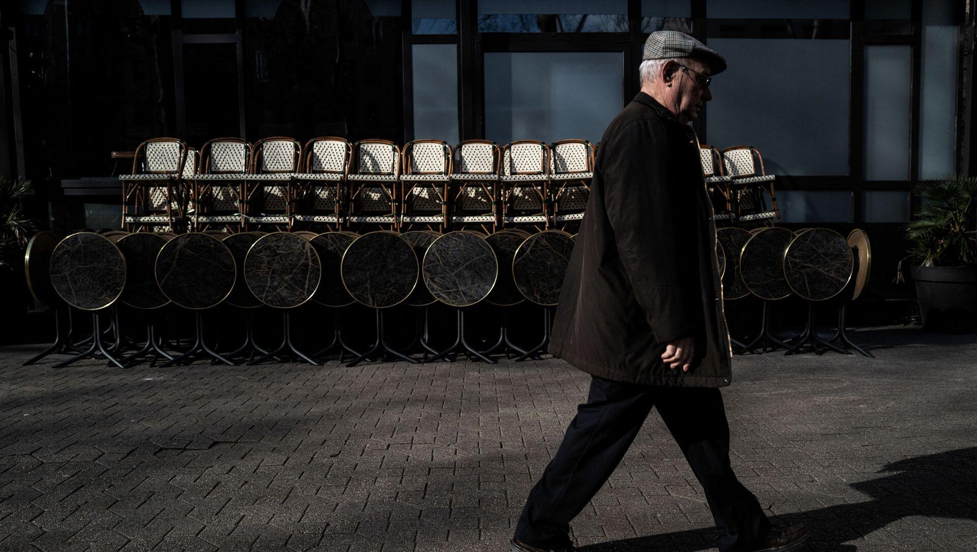 Un homme passe devant un restaurant fermé à Lyon, mars 2020 - Sputnik France, 1920, 24.03.2021