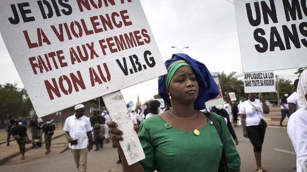 Une femme malienne proteste contre les violences faites aux femmes  - Sputnik France