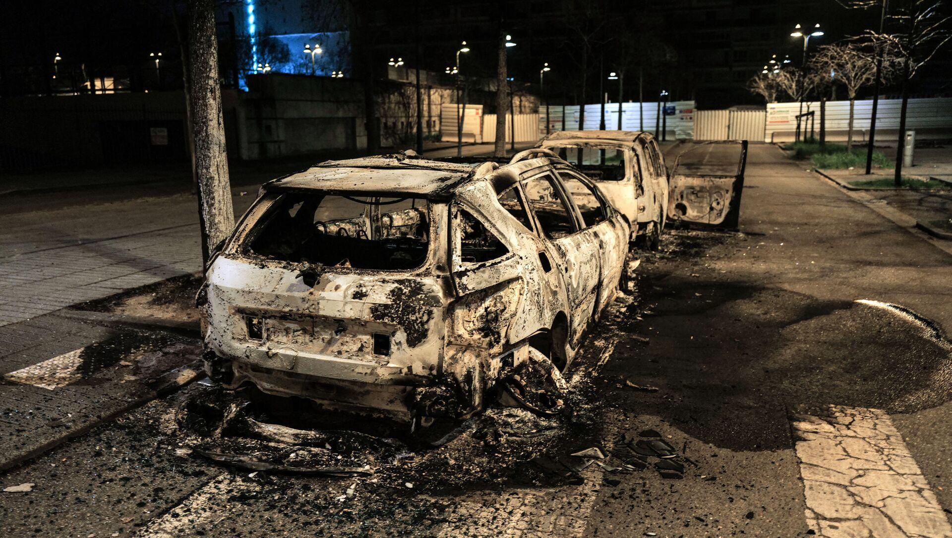Une voiture brûlée à la suite d'une nuit d'émeutes à Bron dans la métropole lyonnaise, le 6 mars 2021 - Sputnik France, 1920, 08.03.2021