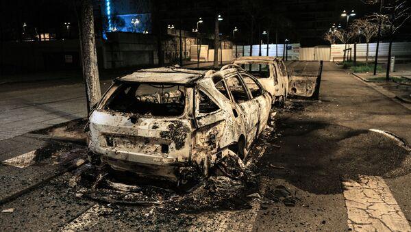 Une voiture brûlée à la suite d'une nuit d'émeutes à Bron dans la métropole lyonnaise, le 6 mars 2021 - Sputnik France