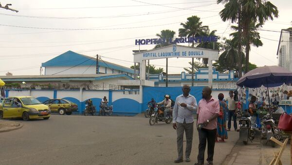 Des conducteurs de mototaxi et des usagers à l'entrée de l'hôpital Laquintinie de Douala - Sputnik France