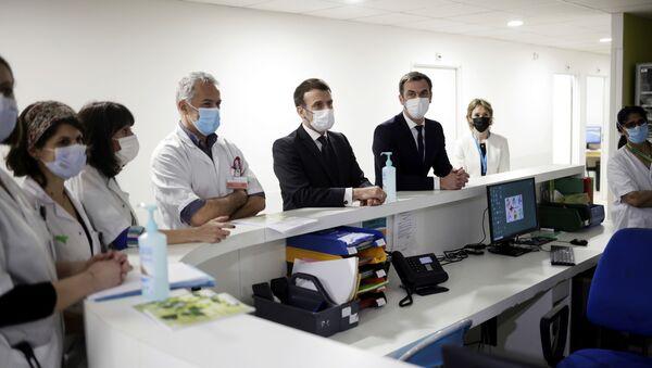 Emmanuel Macron et Olivier Véran lors de la visite de l'hôpital intercommunal de Poissy-Saint-Germain-en-Laye - Sputnik France