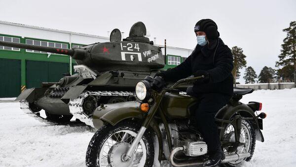 Du char à la moto: comment le légendaire équipement militaire soviétique est préparé pour les défilés de la Victoire   - Sputnik France