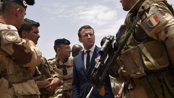Le Président Emmanuel Macron rend visite aux hommes de l'opération Barkhane à Gao, 19 mai 2017. (Photo by CHRISTOPHE PETIT TESSON / POOL / AFP) - Sputnik France