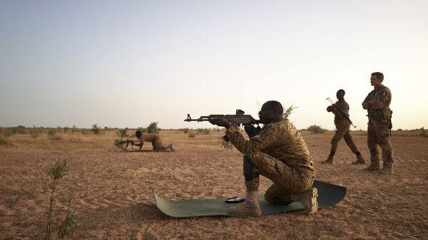 En 2020, 6.000 soldats des pays issus du G5-Sahel ont été formés durant l'année 2020, dont 3.700 rien qu'au Mali. Ce sont ainsi 18.000 les soldats qui ont été formés depuis 2014. Les forces françaises hors Barkhane, basées au Gabon et au Sénégal, assurent également des formations au Sahel, notamment à travers la MINUSMA. - Sputnik France