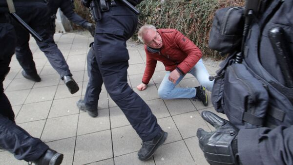 Heurts avec la police lors d'un rassemblement contre les restrictions anti-Covid dans la ville allemande de Cassel, le 20 mars - Sputnik France