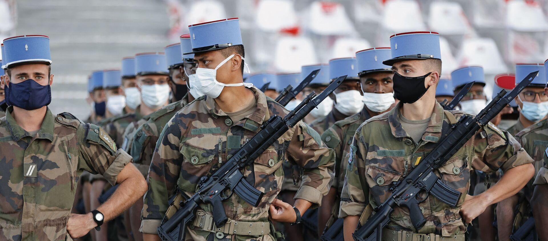 Des soldats du 2e régiment de dragons qui ont été mobilisés dans la lutte contre l'épidémie, le 14 juillet 2020 - Sputnik France, 1920, 21.03.2021