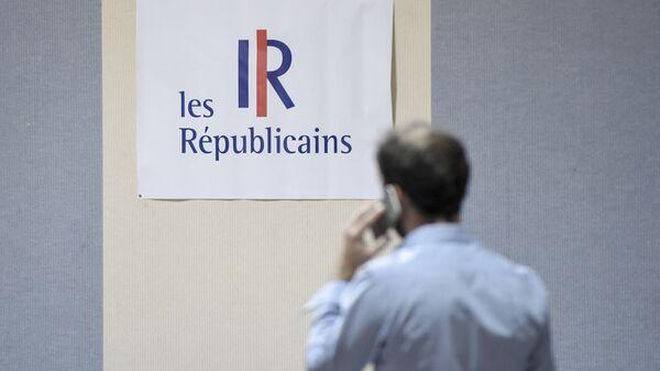 Un homme devant le logo les républicains (LR) - Sputnik France