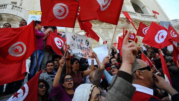 Des Tunisiens brandissent des drapeaux du pays lors d'une manifestation à Tunis (archives) - Sputnik France