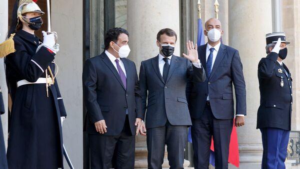 Le président français Emmanuel Macron (G) pose avec les dirigeants intérimaires de la Libye Mohamed El-Menfi (C) et Musa al-Koni (D) avant des entretiens au palais présidentiel de l'Elysée à Paris, le 23 mars 2021.  - Sputnik France