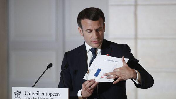 Le président français Emmanuel Macron montre un graphique des doses de vaccin Covid-19, lors d'une conférence de presse après un sommet de l'Union européenne (UE), le 25 mars 2021. - Sputnik France