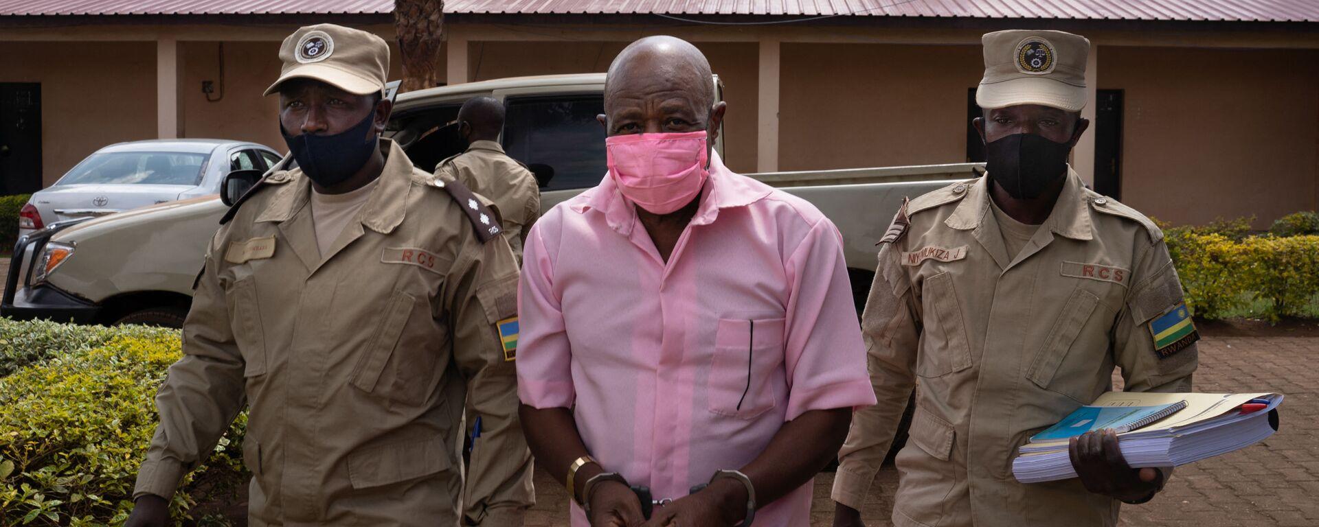 Paul Rusesabagina, en uniforme rose de détenu, arrive à la Cour de justice de Nyarugenge à Kigali, le 2 octobre 2020 - Sputnik France, 1920, 27.03.2021