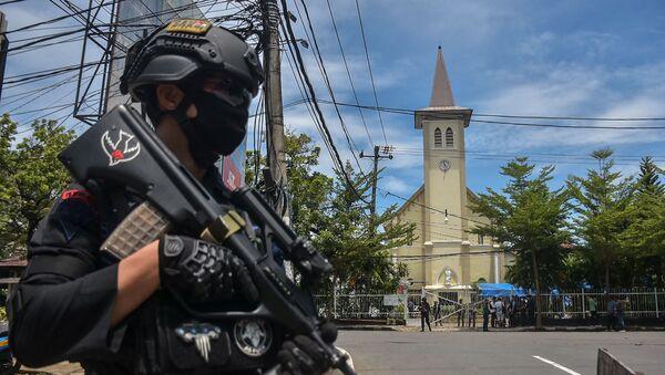Un policier près de la cathédrale de la ville indonésienne de Makassar - Sputnik France