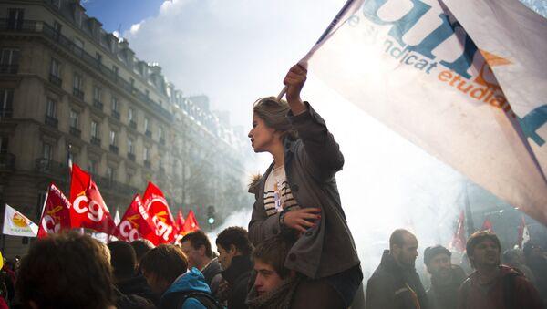Une étudiante de l'Union nationale des étudiants de France (UNEF) lors d'une manifestation contre la réforme des retraites, octobre 2010 - Sputnik France