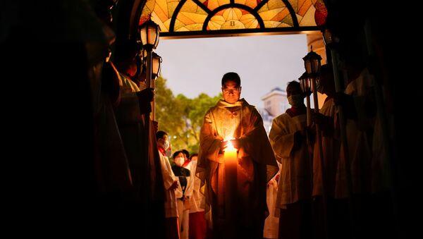 Les catholiques chinois assistent à la veillée pascale en pleine épidémie de Covid-19 dans une église catholique de Shanghaï, Chine, le 3 avril 2021. - Sputnik France