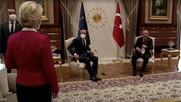 Ursula von der Leyen se tient debout alors que Charles Michel et Recep Tayyip Erdogan, prennent place à Ankara, le 6 avril 2021 - Sputnik France