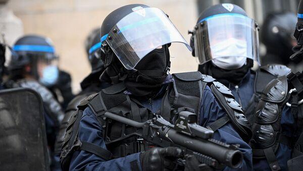 Un policier armé d'un lanceur de balles de défense  - Sputnik France