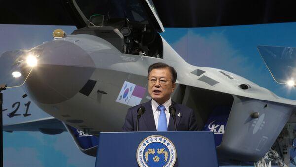 Moon Jae-in lors de la présentation du prototype du chasseur sud-coréen KF-21 à Sacheon, 9 avril 2021 - Sputnik France