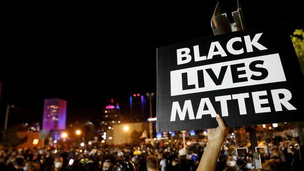 Une pancarte de Black Lives Matter tenue par un manifestant à New York, le 6 septembre 2020 - Sputnik France