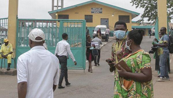 Des gens devant l'entrée de l'hôpital de Yaoundé  - Sputnik France