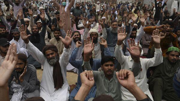 Des partisans du parti politique extrémiste Tehreek-e-Labbaik Pakistan (TLP) scandent des slogans en bloquant une rue lors d'une manifestation après l'arrestation de leur leader suite à ses appels à l'expulsion de l'ambassadeur de France, à Lahore le 16 avril 2021. (Photo par Arif ALI / AFP) - Sputnik France