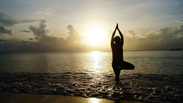 Yoga sur la plage - Sputnik France