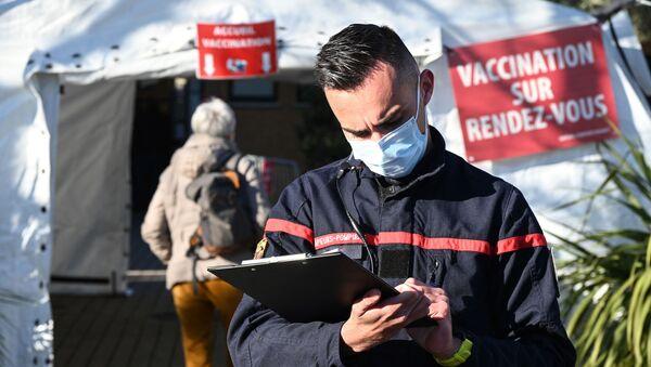 Un pompier se tient près d'une caserne de pompiers transformée en un centre de vaccination près de Montpellier - Sputnik France