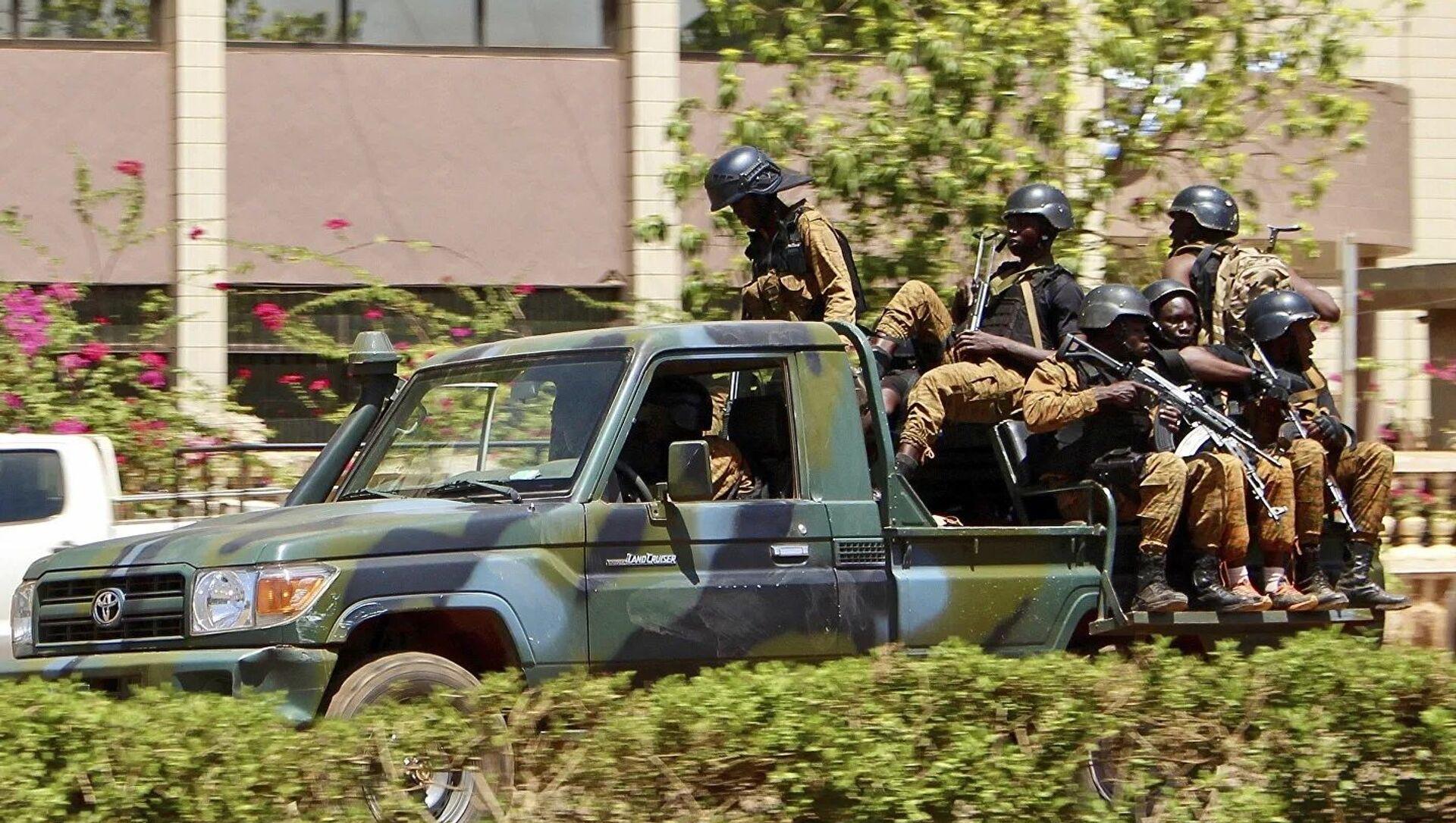 Des militaires roulent dans un véhicule près de l'ambassade de France à Ouagadougou, au Burkina Faso - Sputnik France, 1920, 27.07.2021