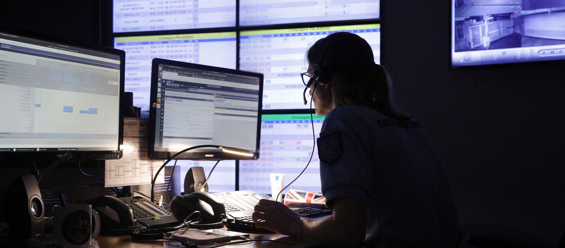 Surveillance sur internet par une gendarme du Centre d'Opérations et de Renseignement de la gendarmerie française (CORG) à Evry-Courcouronnes, juillet 2020 - Sputnik France, 1920, 27.04.2021
