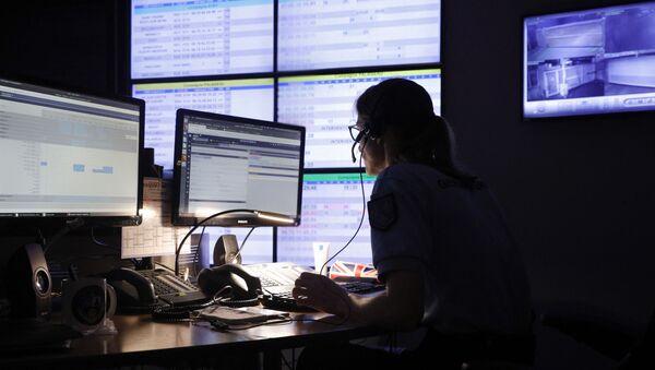 Surveillance sur internet par une gendarme du Centre d'Opérations et de Renseignement de la gendarmerie française (CORG) à Evry-Courcouronnes, juillet 2020 - Sputnik France