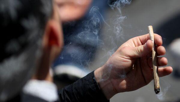 Un fumeur de cannabis - Sputnik France