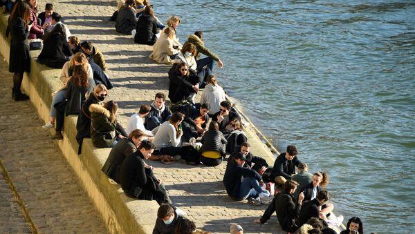 Des gens sur un quai de la Seine à Paris, le 6 mars 2021 - Sputnik France