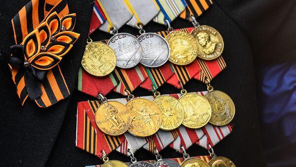 Décorations d'un ancien combattant présent le 9 mai 2021 au défilé militaire sur la place Rouge  - Sputnik France