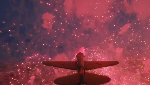 Un modèle d'avion soviétique de la 2GM, avec un drone attaché, a survolé le feu d'artifice le Jour de la Victoire à Saint-Pétersbourg. - Sputnik France