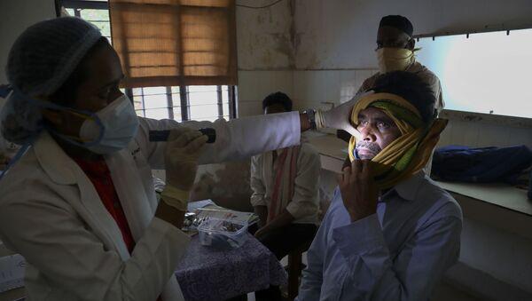 Un médecin indien examine un patient ayant guéri du Covid-19, mais atteint de mucormycose, le 20 mai 2021 - Sputnik France
