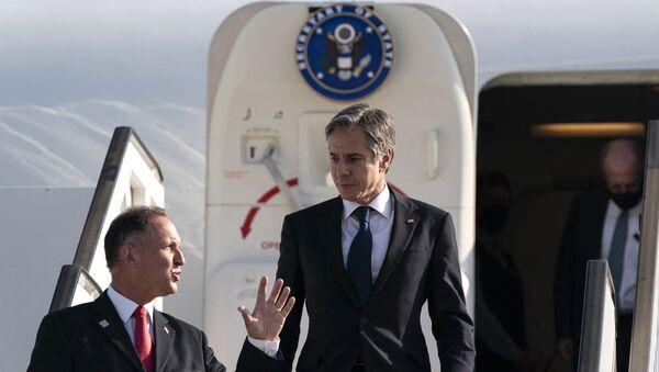 Le secrétaire d'État américain Antony Blinken (C) est accueilli par le chef du protocole israélien Gil Haskelas, alors qu'il descend de l'avion à son arrivée à l'aéroport Ben Gourion de Tel Aviv, le 25 mai 2021, à Tel Aviv, en Israël. - Le secrétaire d'État américain Anthony Blinken est arrivé à Tel Aviv le 24 mai, quelques jours après qu'une trêve négociée par l'Égypte a mis fin aux combats entre l'État hébreu et le Hamas, dirigeant islamiste de la bande de Gaza. (Photo : Alex Brandon / POOL / AFP) - Sputnik France