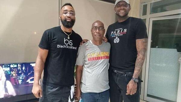 Les deux basketteurs américains du Abidjan Azur Basketball en compagnie du président d club Éric Poby - Sputnik France