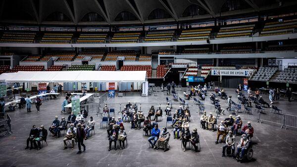 Люди прибывают и ждут во Дворце спорта в Лионе, где находится центр вакцинации против Covid-19, Франция - Sputnik France
