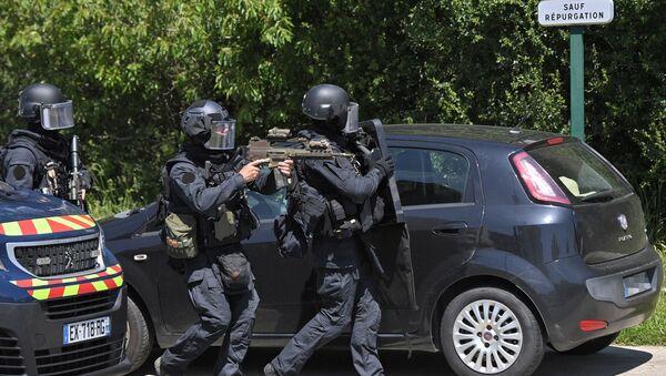 Une équipe de la gendarmerie nationale (GIGN) près du site de l'attaque contre une policière à La Chapelle-sur-Erdre  - Sputnik France