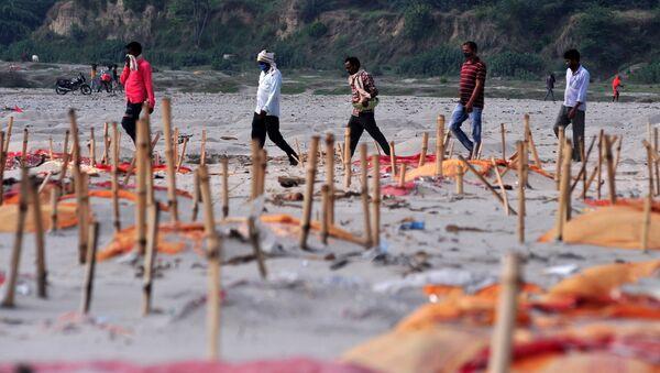 Des tombes peu profondes sur les bords du Gange (archives photo) - Sputnik France