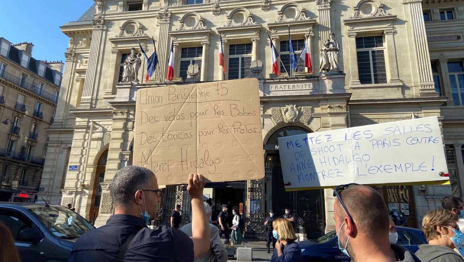 Une manifestation des riverains contre les salles de shoot, devant la mairie du XVIII arrondissement de Paris - Sputnik France, 1920, 07.06.2021