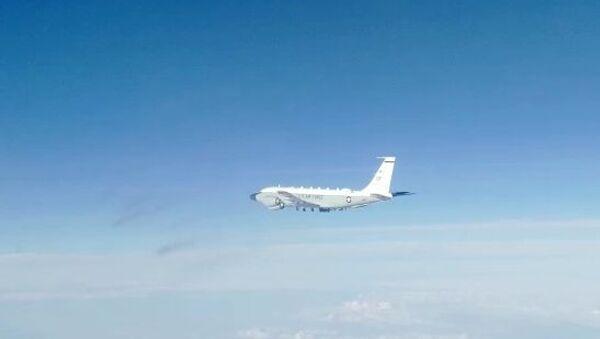 Un avion de reconnaissance américain escorté par un chasseur russe au-dessus de l'océan Pacifique - Sputnik France