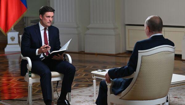 Vladimir Poutine accorde une interview à un journaliste de la chaîne de télévision NBC, Keir Simmons (à gauche), le 11 juin 2021 - Sputnik France