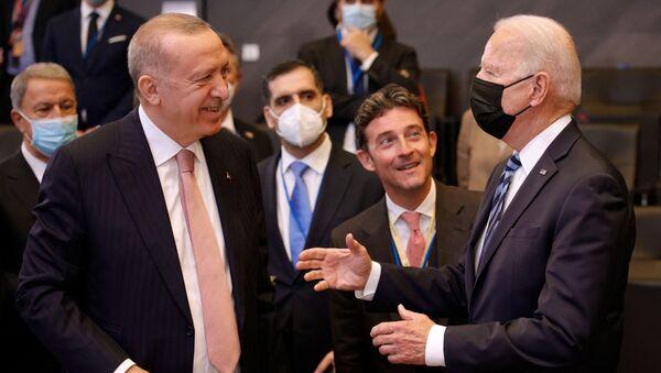 Le président des Etats-Unis Joe Biden s'adressant au président turc Recep Tayyip Erdogan lors du sommet de l'Otan à Bruxelles, le 14 juin 2021 - Sputnik France